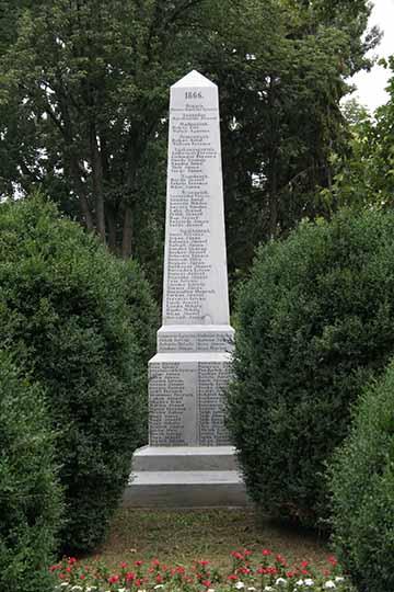 """A """"rosseb""""-ezred 1872-ben felállított emlékoszlopa utóbb Kaposvár legszebb parkjában, a Berzsenyi parkban talált méltó helyet"""