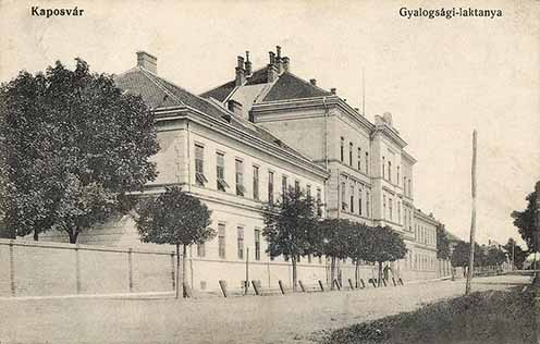 A 44-esek 1887-ben épült kaszárnyája, a Baross laktanya
