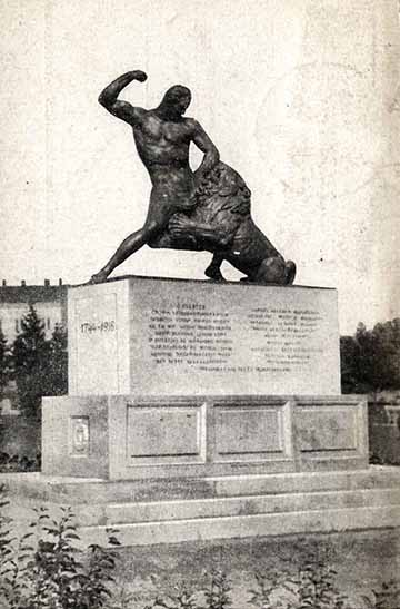 """Az 1932-ben felavatott """"oroszlános"""" szobor a vasútállomás közelében áll, ahonnan sok ezer baka indult a harctérre"""