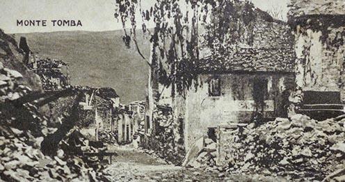 Kilátás a romos Quero egyik utcájából a Monte Tomba felé