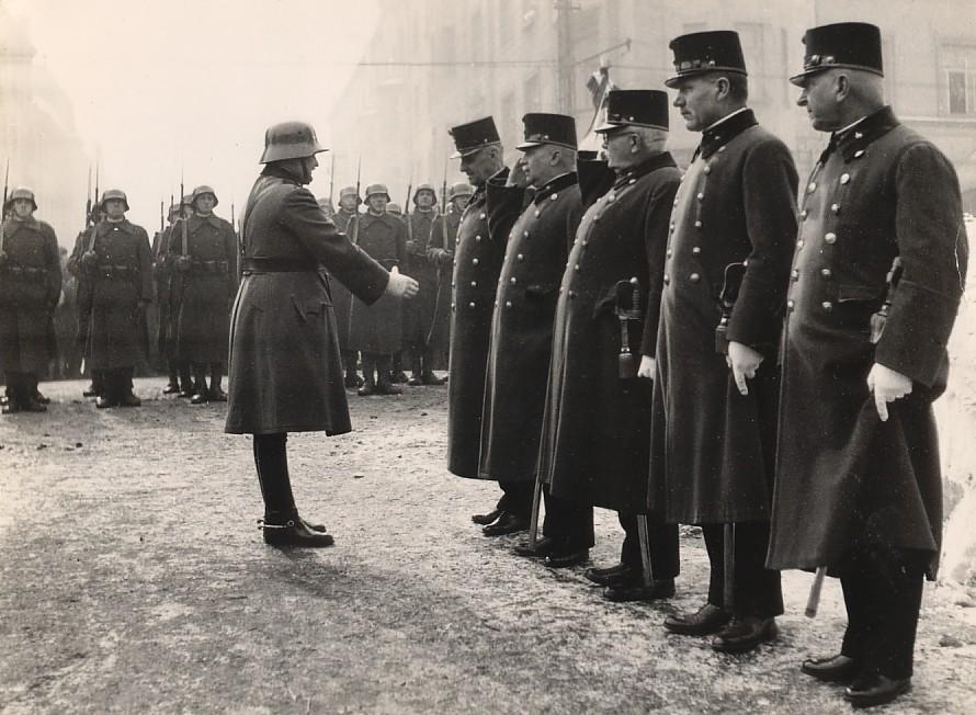 Az 1941. évi 10-es honvéd napon a 13. gyalogezred tisztje nyújt kezet Sáfrán Géza volt 10-es honvéd ezredparancsnoknak