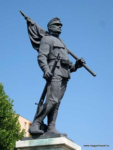 A 10-es honvéd emlékmű Miskolcon. A sapkán természetesen a 10-es számmal