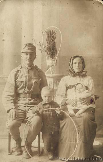 Faggyas János családja körében a harctérre indulás előtt