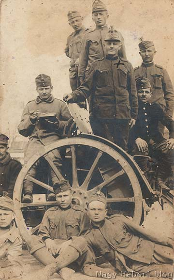 Zónai Vince (kereszttel megjelölve), m. kir. 74/2. honvéd nehéztarackos ütegbeli tüzér bajtársai körében. Eltűnt a harctéren 1918-ban