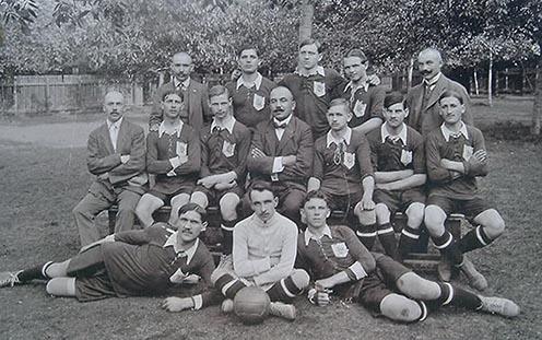 A DVTK legénysége tisztviselőkkel 1912-ben (balról jobbra) hátul: Farkas, Endrődy, Belustyák, Páva, Vass, középen: Krompaszki, Mikula, Froncz, Zsíros, Csapkay, Presovszky, Baczur M., elől: Baczur J., Mares, Stefán