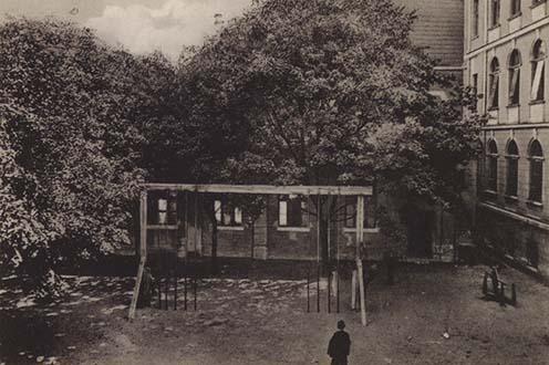 Az iskola udvara a XIX–XX. század fordulóján