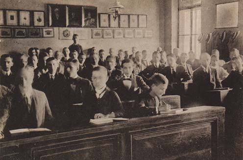 Piarista diákok az iskolapadban a XX. század elején