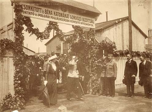 A trónörököspár, Károly és Zita elhagyja a Pozsonyi úti rokkant katonák iskoláját és műhelyét 1915 augusztusában