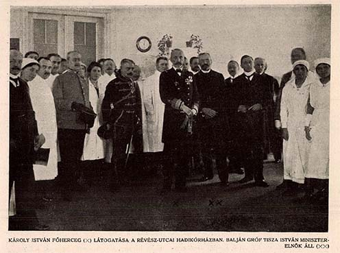 Károly István főherceg látogatása a Révész utcai hadikórházban. A főherceg balján a miniszterelnök, mellette Klebersberg Kunó áll