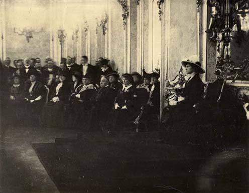 Zita királyné elnöklete alatt a királyi palota Habsburg-termében megalakul az Országos Hadigondozó Tanács. Az első sorban jobbról: Auguszta főhercegnő és Csernoch hercegprímás