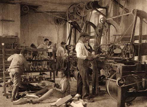 Hadiárvák m. kir. áll. bőripari szakiskolája Vác, kaptafakészítő műhely. Korabeli képeslap