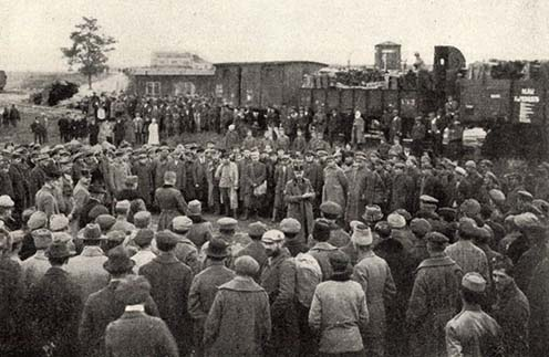 Hazatérő volt hadifoglyok üdvözlése a csóti táborban