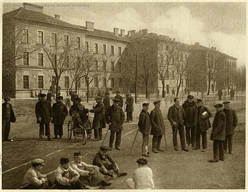A Magyar Kefe- Kosár- és Seprőgyár Rt. hadiárvák zenekara kb. 1917-1918-ban