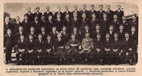 A székesfehérvári hadiárva-intézetben segéddé avatott árvák csoportképe