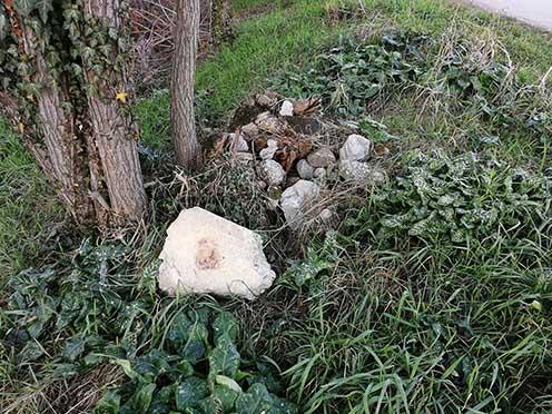 Néhány sírkődarab a régi katonai temetőből