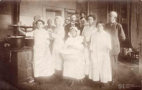 Önkéntes ápolónők a temesvári vasúti állomás betegnyugvójának konyháján