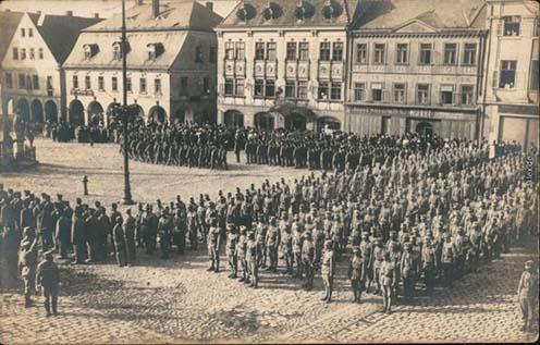 Katonai díszszemle Reichenberg (Liberec) főterén 1915-ben