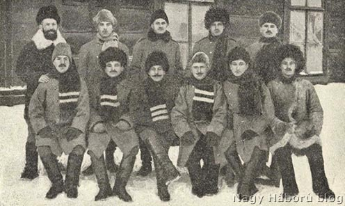 Magyar tisztek egy csoportja 1916-ban Irkutszkban a vöröskereszttől kapott ruhában