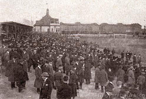 Nézők az Üllői úti pályán az 1915. április 5-i FTC–MTK meccsen
