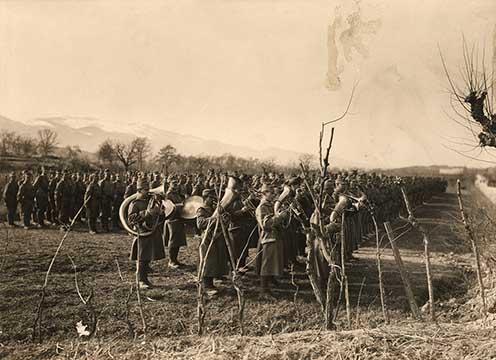 Katonazenekar játék közben