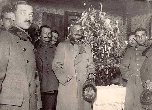 A magyar királyi székesfehérvári gyalogezred I. zászlóaljának tisztjeinek karácsonya (Pethő hadnagy, Rosta hadnagy, Rehus főhadnagy, Brinzei alezredes, Sebestyén hadnagy)