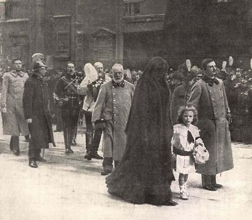 Károly, Zita és a kis Ottó Ferenc József temetésén