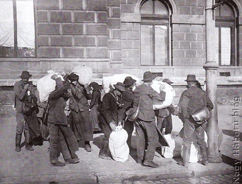 Érkeznek a bevonulók a laktanyába
