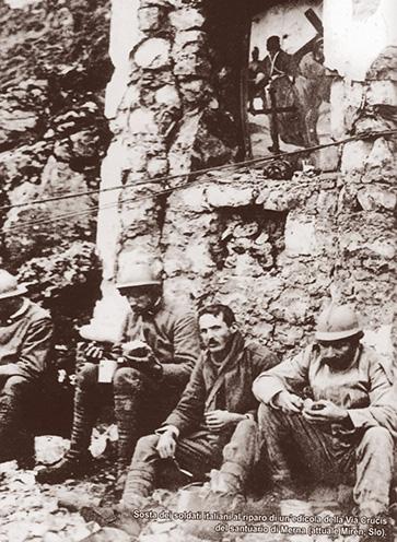 Olasz katonák egy mernai kápolna romjainál