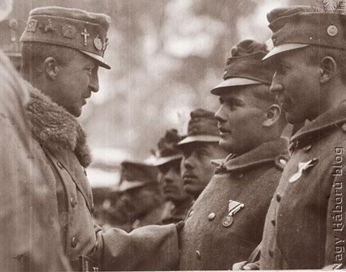 József főherceg kitüntetett katonái között