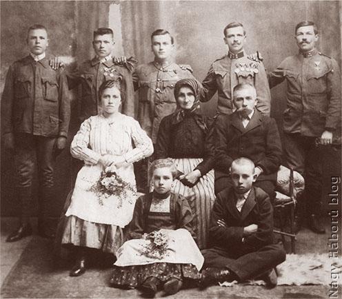 A veszelei Deák-birtok uradalmi bognárának öt katonafia a hazatérés után 1918 körül