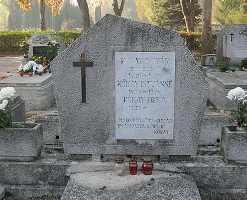 Sírja a szegedi belvárosi temetőben található