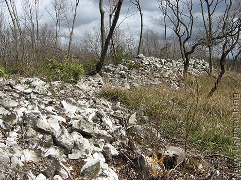 A védelem kezdeti fedezékeként szolgáló kőfalak a Doberdó-fennsíkon napjainkban