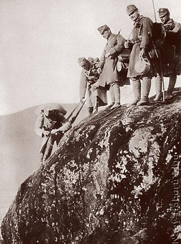 Telefonvonal kiépítése a hegyekben