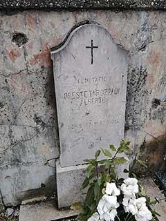 La lapide del tenente Oreste Tarozzi nel cimitero di Mariano oggi