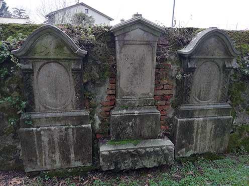 Alcune lapidi sul muro del vecchio cimitero presso la chiesetta di S. Trinità oggi
