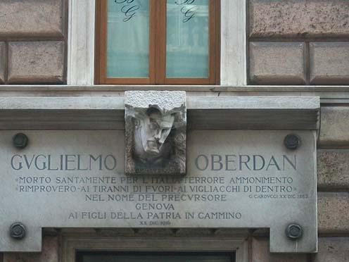 Oberdan 1916-ban elhelyezett emléktáblája és fejszobra Genovában