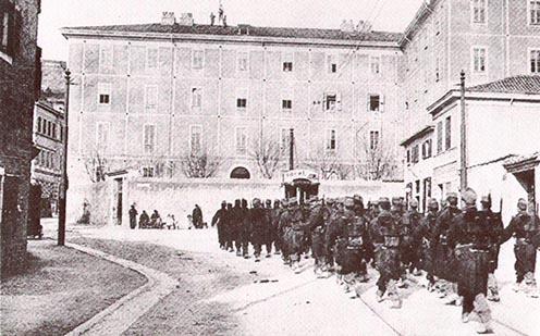 A cs. és kir. 97. gyalogezred régi laktanyája Triesztben 1900 körül, ahol Oberdant kivégezték, illetve a később Piazza Oberdannak elnevezett tér
