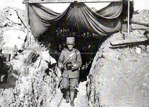Viktor Emánuel a lövészárokban, kezében a fényképezőgépe