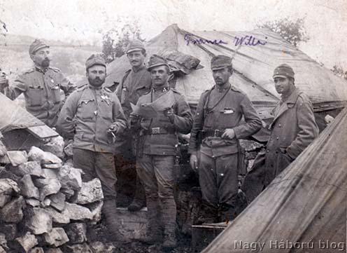 Kő alapzat, de még sátorlapból készült tető 1915 novemberében. A táborban állomásozó Cservenka Károly és a 24. vadász zászlóaljban szolgáló katonatársai lakóhelye