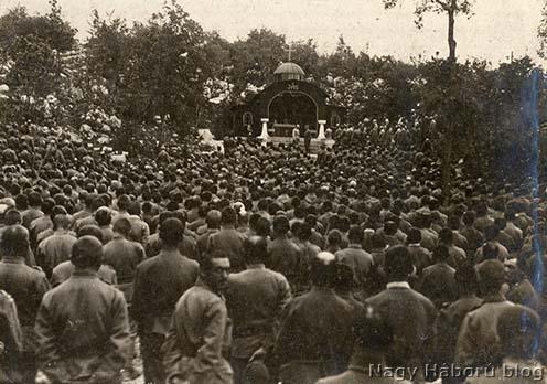 A budapesti 1-es honvéd gyalogezred tábori misén a Szent Márton kápolna előtt