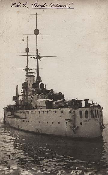 Az SMS Szent István csatahajó a tat felől fényképezve egy korabeli képeslapon