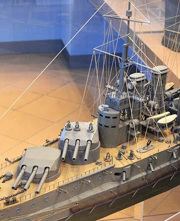 Az SMS Szent Istvánnal megegyező osztályú csatahajó makettje a budapesti Hadtörténeti Múzeumban; a fotón, illetve a jelvényen ábrázolt hadihajó közötti különbségek (lövegtornyok, parancsnoki híd) minden különösebb hozzáértés nélkül is láthatóak