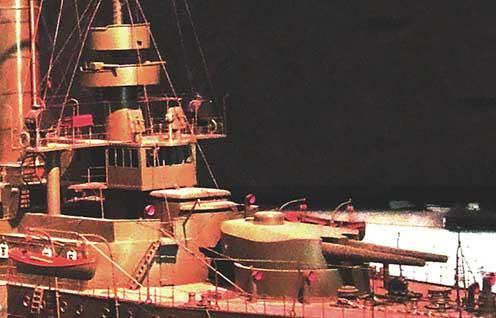 Erzherzog Karl osztályú hadihajó makettje a bécsi Hadtörténeti Múzeumban. A fotón jól látszik a háttértől határozottan elkülönülő parancsnoki híd, illetve a híd fölötti platformot tartó két jellegzetes oszlop egyike