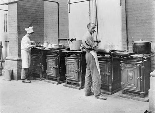 A konyha, ahol az internáltak maguk főztek. A szakácsok gyakran azok voltak, akik előzőleg London legjobb szállodában séfként dolgoztak. © IWM (Q 64152)