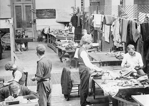 A műhelyekben foglalkoztatottak a kortársak szerint sokkal kevésbé szenvedték meg lelkileg a bezártságot. © IWM (Q 64153)
