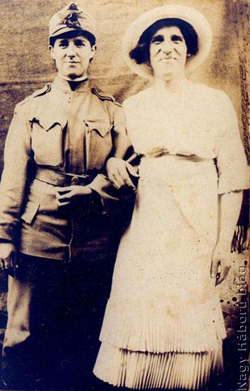 Károly és Rózsi húga ruhát cseréltek