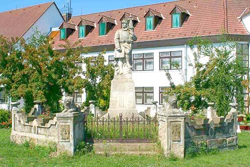 Az abádszalóki emlékmű a felújítás előtt
