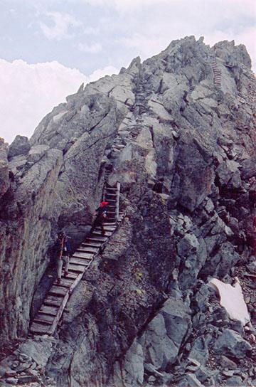 Helyreállított lépcsők 3000 méteren a Payer csúcs északi gerincén
