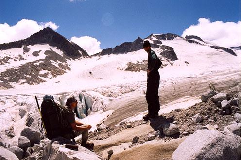 A Mandron gleccser, balra a sziklán egy ágyúlövedék