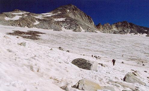 Balra deszkakupac a Mandron-gleccseren, kb. 3200 méteren: szétlőtt osztrák-magyar barakk